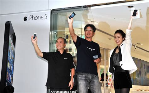 Wall Street Journal: Primii care au pus mana pe iPhone 5
